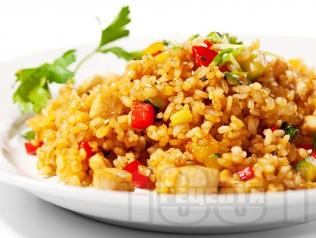 Вкусен пържен задушен ориз с пилешки хапки, зеленчуци и соев сос - снимка на рецептата
